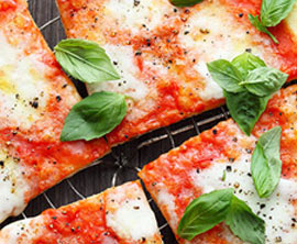Pizza mit Büffelmozzarella und Basilikum